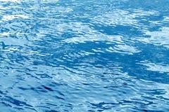 Wasserhintergrund mit blauem Wasser Stockfotos