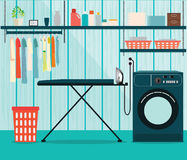 Wasserijruimte met wasmachine en strijkplank Stock Foto's