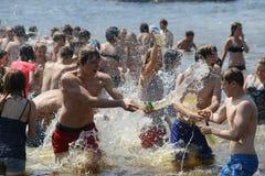 Wasserkampf auf Kiew-Strand Stockbild