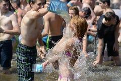 Wasserkampf auf Kiew-Strand Stockfoto