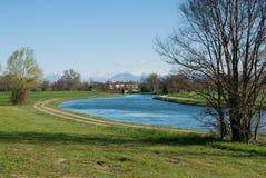 Wasserkanal für Bewässerung von landwirtschaftlichen Feldern Lizenzfreies Stockfoto