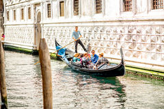 Wasserkanal mit Gondel in Venedig lizenzfreie stockfotografie