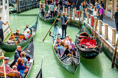 Wasserkanal mit Gondeln in Venedig lizenzfreie stockbilder