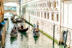 Wasserkanal mit Gondeln in Venedig lizenzfreie stockfotografie