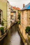 Wasserkanal in Prag stockfotos