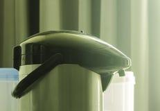 Wasserkocher morgens bereit, Heißwasser und Kaffee zu mischen Lizenzfreie Stockfotografie