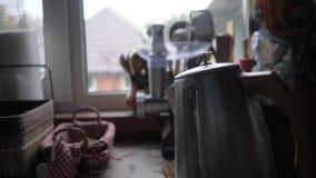 Wasserkocher morgens, Nahaufnahme Dampf kommt aus den Kessel heraus Das Kochen des Kessels Gemütlicher Morgen im Haus stock footage