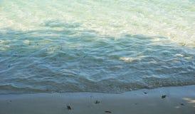 Wasserkräuselung auf dem Strandsand in karimun jawa stockbild