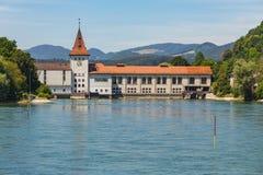 Wasserkraftwerk auf dem Aare-Fluss in der Stadt von Aarau Lizenzfreies Stockfoto