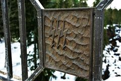 Wasserkraftwerkmetallschild auf Winterhintergrund lizenzfreies stockbild