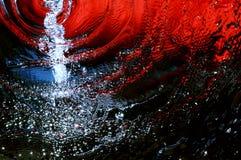 Wasserläufe auf einem rot-blauen Hintergrund Lizenzfreies Stockfoto
