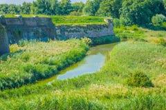 Wasserlandschaft mit Fluss und Wand Lizenzfreies Stockbild