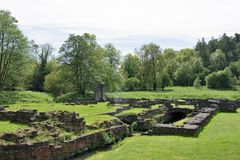 Wasserlauf in den Ruinen von Roche-Abtei Stockbilder