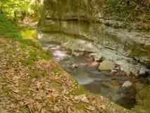 Wasserlauf unter den Felsen Lizenzfreie Stockfotos