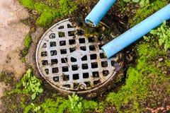 Wasserleitung, Abwasserkanal ist schmutzig Lizenzfreie Stockbilder