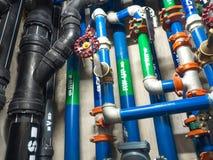 Wasserleitung, saubere Bewässerung und Abwasser im Hochbau Stockfoto
