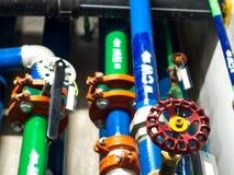 Wasserleitung, saubere Bewässerung und Abwasser im Hochbau Stockfotos