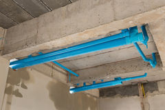 Wasserleitungs-PVC-Klempnerarbeit unter Zementdecke des zweiten Stocks Lizenzfreie Stockfotografie