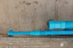 Wasserleitungs-PVC-Klempnerarbeit unter Zementdecke des zweiten Stocks Stockfotografie