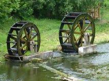 Wassermühlrad auf dem Fluss lizenzfreie stockbilder