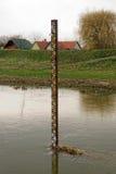 Wassermaßskala im Fluss Lizenzfreie Stockfotos