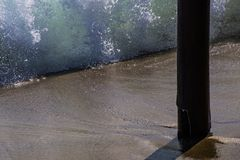 Wassermasse ein ungewöhnlicher Zusammenbruch einer Welle unter dem Pier lizenzfreie stockfotos