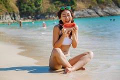 Wassermelone in der Hand gegen das Meer Begriffsfoto über Sommer stockfotografie