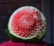 Wassermelone, die Blumen schnitzt Stockfotos