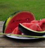 Wassermelone draußen essen Lizenzfreie Stockbilder
