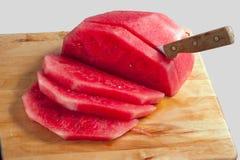 Wassermelone geschnitten auf Ausschnittvorstand Stockfotos