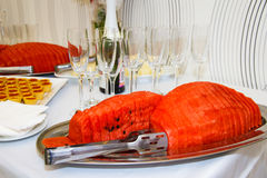 Wassermelone geschnitten auf der Feiertagstabelle Stockbilder