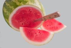 Wassermelone geschnitten mit Messer stockbilder