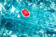Wassermelone im Pool lizenzfreie stockfotos