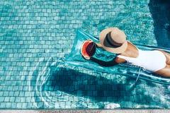 Wassermelone im Pool lizenzfreies stockfoto