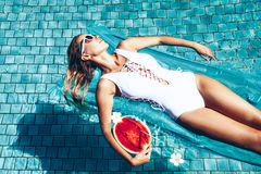 Wassermelone im Pool stockfotografie