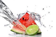 Wassermelone mit Kalk- und Wasserspritzen Stockfotos