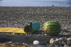 Wassermelone mit Messer Lizenzfreie Stockfotos