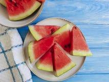 Wassermelone reif, süße Sommerzeit der nahrhaften gesunden geschmackvollen Frische auf einem blauen hölzernen Hintergrund stockfotografie