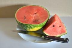 Wassermelone schnitt in die essfertigen Scheiben stockfotografie