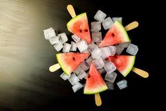 Wassermelone schnitt Scheibe auf einem Stock von der Eiscreme in der Eiswürfelnahaufnahme Stockfotografie