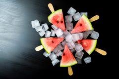 Wassermelone schnitt Scheibe auf einem Stock von der Eiscreme in der Eiswürfelnahaufnahme Stockfoto