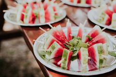 Wassermelonen-Scheiben-Eis am Stiel lizenzfreies stockfoto