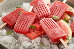 Wassermelonen- und Erdbeereis am stiel stockfoto