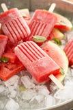 Wassermelonen- und Erdbeereis am stiel Lizenzfreie Stockbilder