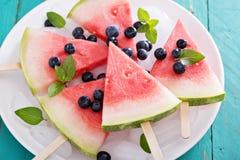Wassermeloneneis am stiel mit Blaubeere stockbilder