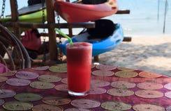 Wassermelonenerschütterung auf tropischem Strand Stockfotografie