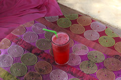 Wassermelonenerschütterung auf tropischem Strand Lizenzfreie Stockfotografie