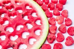 Wassermelonenfrucht mit Herz geformtem Schnittheraus Stockfoto