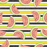 Wassermelonenhintergrund Muster von saftigen Scheiben der Wassermelone und der horizontalen Streifen Mit Beschaffenheit des Denim Lizenzfreie Stockbilder