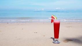 Wassermelonensaft am Sommerstrandhintergrund stock video footage